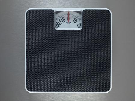 体重計の金属の背景に分離