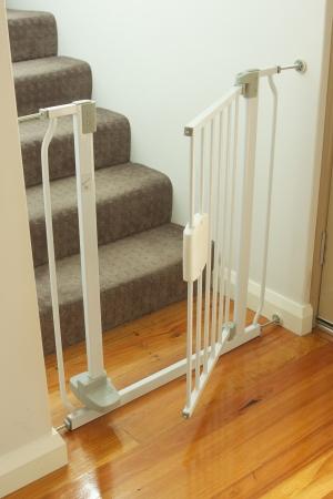 Ein Schuss von einem Kind Absperrgitter und Treppen