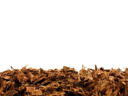 白い背景に対して隔離される庭の木材チップの根おおい