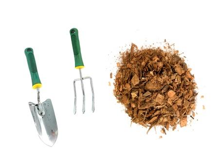 paillis: Paillis de jardin en bois isol� � puce sur un fond blanc Banque d'images