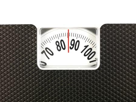 balanza en equilibrio: Una imagen de una dieta conceptual utilizando b�sculas de ba�o Foto de archivo