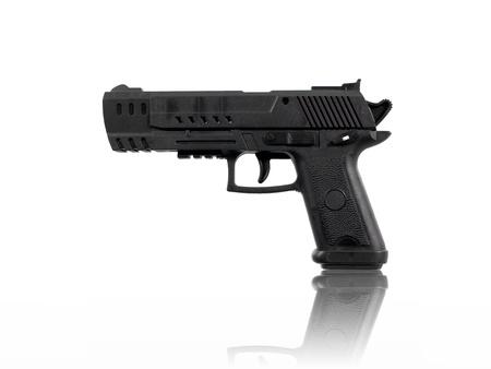 Ein Spielzeug Handfeuerwaffe vor einem weißen Hintergrund isoliert