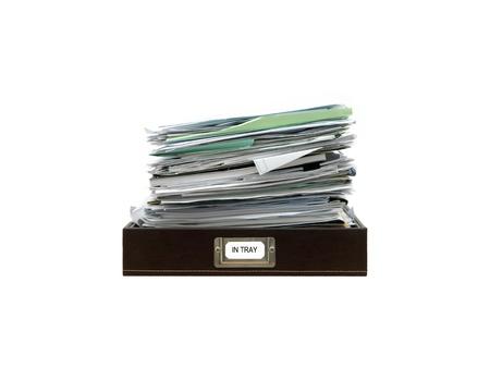 白い背景に対して隔離されるオフィス用紙トレイ