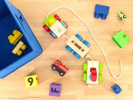 jugetes: Un disparo de cerca de los juguetes esparcidos sobre un suelo de madera Foto de archivo