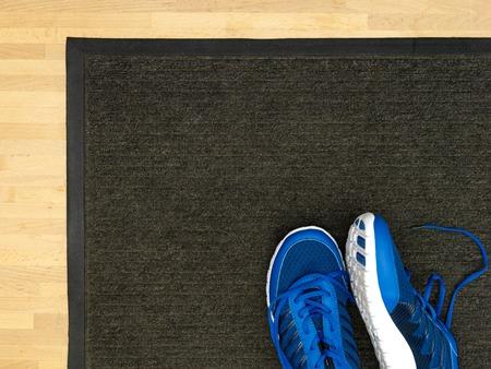 pieds sales: Un gros plan d'un paillasson
