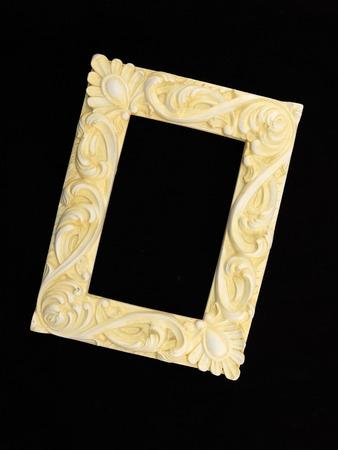 marca libros: Un marco de fotos en un estante de madera
