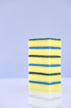 lavar platos: A close up studio photo of a dishwashing sponge