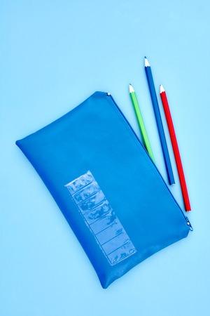 Eine Studioaufnahme eines Bleistifts Fall aus der Nähe