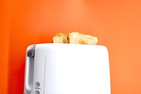 Een studiofoto van een witte broodrooster