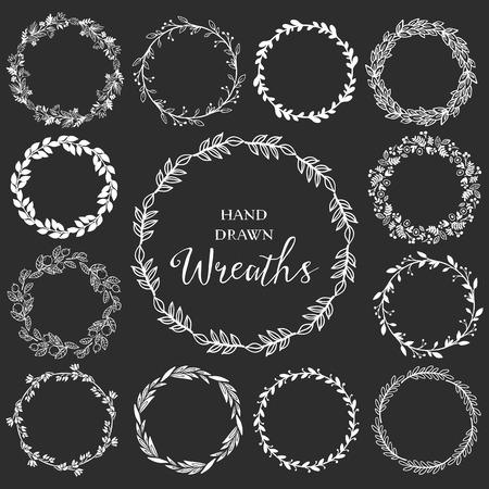 Vintage set de couronnes tiré par la main rustiques. Graphique vectoriel Floral sur le tableau noir. Nature des éléments de conception. Banque d'images - 36276282