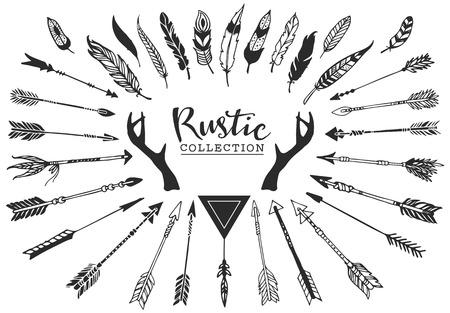 pluma: Rústico astas decorativas, flechas y plumas. Dibujado a mano de diseño conjunto de vectores de la vendimia.