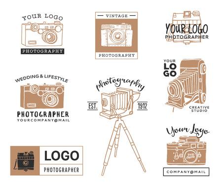手には、古い写真のロゴのテンプレートが描画されます。ビンテージ スタイルのカメラ デザイン要素です。インクの装飾的なイラスト