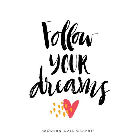 당신의 꿈을 따르십시오. 현대 브러시 서예. 필기 잉크 문자. 손으로 디자인 요소를 그려.