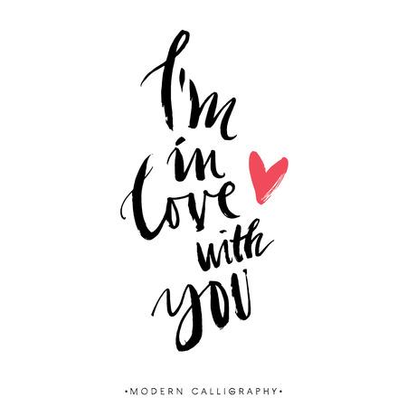 Ik ben verliefd op je. Moderne borstel kalligrafie. Handgeschreven inkt belettering. De hand getekende ontwerp elementen.