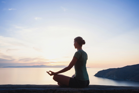 Junge Frau üben Yoga outdoors