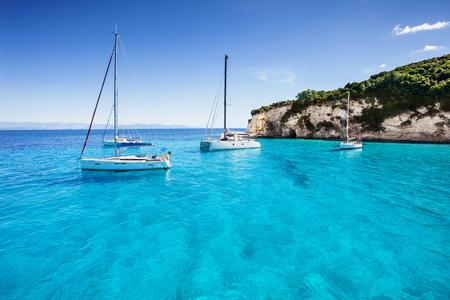 Zeilboten in een prachtige baai, Paxos eiland, Griekenland Stockfoto