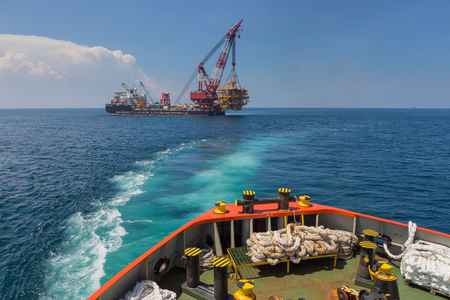 torres petroleras: elevaci�n de la plataforma petrolera para la instalaci�n en su chaqueta