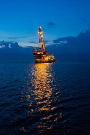 Crane Barge und Ölbohrinsel in den Sonnenuntergang