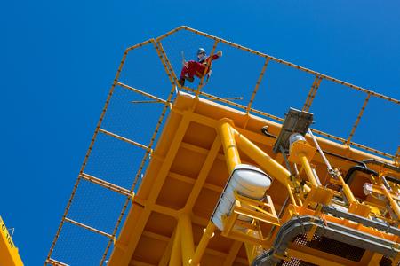 hombre pintando: Man painting an oil rig Foto de archivo