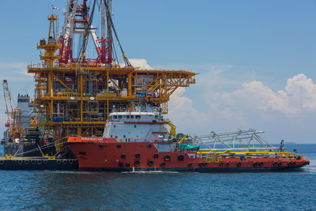 onshore: Oil rig lifting for installation on its jacket Stock Photo