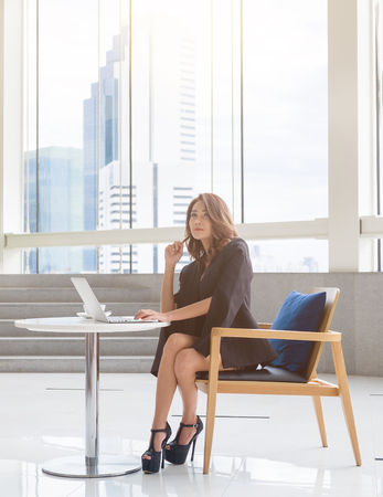 pensamiento estrategico: Las mujeres inteligentes tailandés bussiness sentado y pensando para el plan o estratégica. Foto de archivo