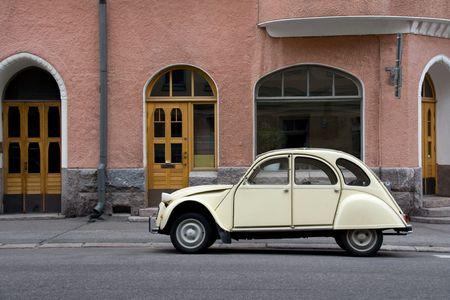 voiture ancienne: Petites voitures anciennes dans la ville
