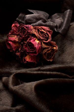flores secas: Ramo de rosas rojas en la piel seca negro
