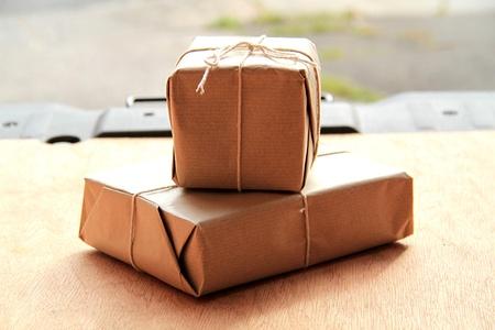 deux parcelles sur le dos d'un prêt van pour être livré à la porte du client. L'image est tiré de l'intérieur du van regardant