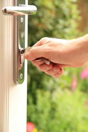 un homme tenant sur un ensemble de clés pour une nouvelle porte Banque d'images