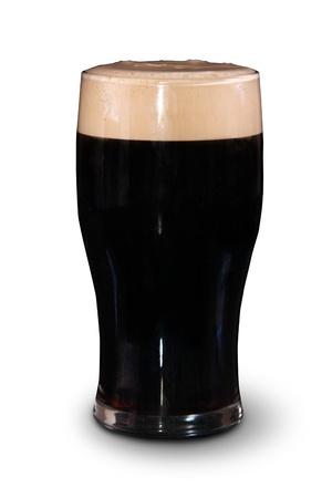 Une pinte de stout irlandaise de Saint Patrick jour sur un fond blanc