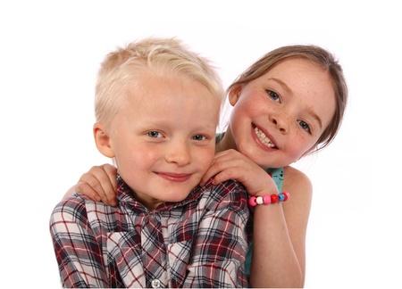 Frère et soeur posent pour une photo ensemble sur un fond blanc Banque d'images - 15644085