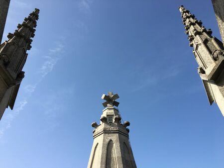 Teil gotischer Tempel auf einem blauen Himmel im Hintergrund