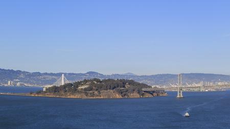 isla del tesoro: La isla del tesoro y los puentes de San Francisco durante el d�a Foto de archivo