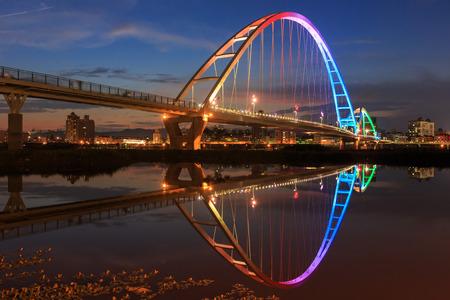 The moon shape bridge at New Taipei City, Taiwan around sunset time 스톡 콘텐츠