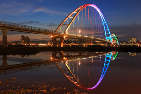 The moon shape bridge at New Taipei City, Taiwan around sunset time Foto de archivo