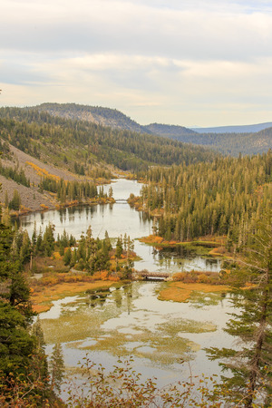 colour in: Color de la ca�da hermosa en Twin Lake, Mammoth Lake, California Foto de archivo