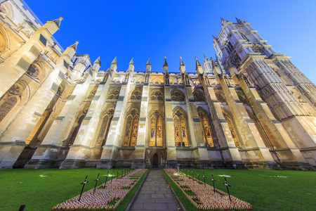 dia y noche: Traveling in the famous Westminster Abbey, London, United Kingdom around twilight Editorial