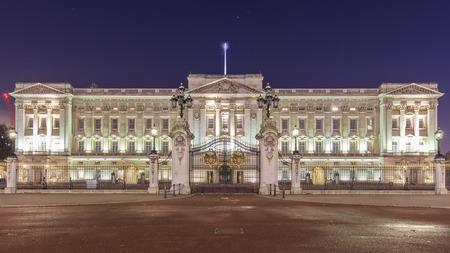 buckingham palace: Traveling in the famous Buckingham Palace, London, United Kingdom around twilight
