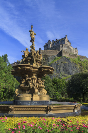Gold status and the famous Edinburgh castle around sunset time 新聞圖片
