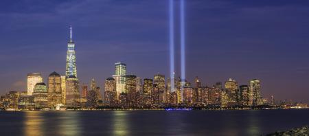 911 メモリアル光と夜のニューヨーク市のスカイライン