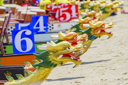 A row of the chinese culture dragon boat at Long Beach, Los Angeles 免版税图像 - 60998637