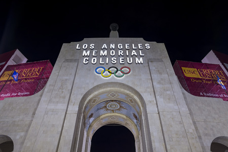 Los Angeles, OCT 27: Los Angeles Memorial Coliseum at night on OCT 27, 2016 at Los Angeles 免版税图像 - 64793539