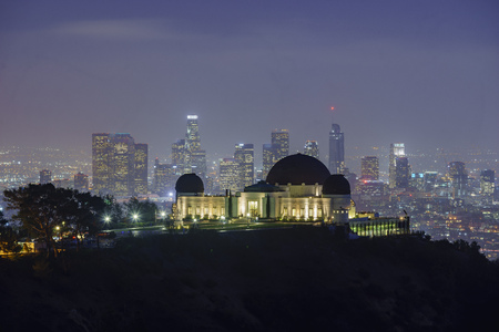 Los Angeles downtown nightscape with Griffin Observatory, California Banque d'images