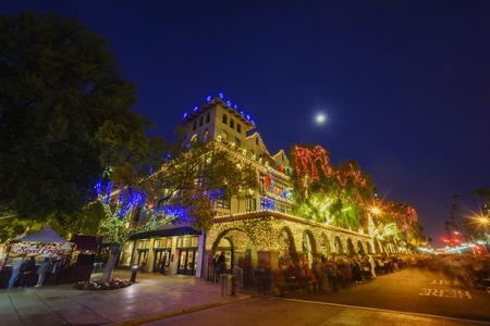 Außenecke des historischen Auftrag-Gasthauses während der Dämmerung mit Mond, Weihnachten, bei Flussufer, Kalifornien Editorial