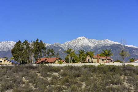 Beautiful snowy Mount Baldy with some building below, view from Rancho Cucamonga 免版税图像 - 70669968