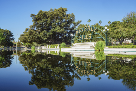 Beverly Hills, MAR 24: Beverly Hills Sign with reflection on MAR 24, 2017 at Beverly Gardens Park, Los Angeles, California 에디토리얼
