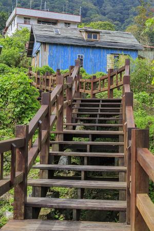 """Het beroemde Jimmy blauwe houten huis op Fenqihu-gebied, Taiwan. Het is een filmscenario van de film """"The Starry Starry Night"""" in Taiwan."""