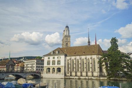 偉大な大聖堂、スイス チューリッヒ市内のリマト川と午後の街並み 報道画像