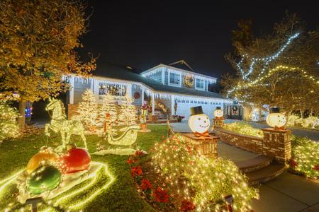 Kerstdecoratie in Brea Neighborhood, Los Angels County, Californië