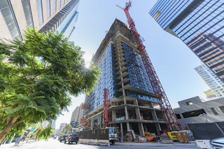 Edificio alto en construcción en el centro Foto de archivo - 87088777